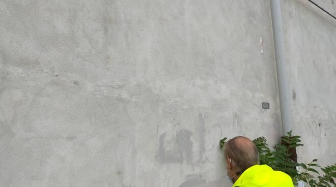 per como pulita ripulisce nuro cimitero maggiore como vandali scritte