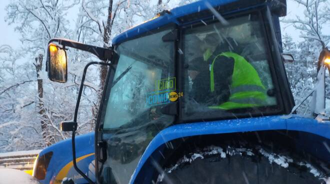 assessore negretti sulla ruspa per coordinare interventi per la neve