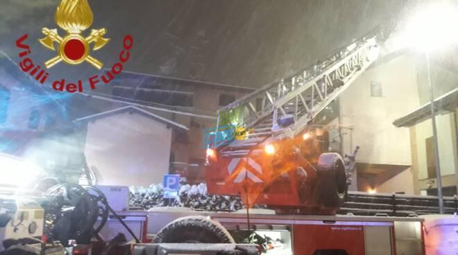 incendio notte palazzo di fenegrò pompieri intervento