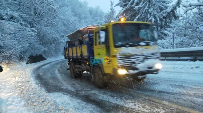 La nevicata di oggi sulle strade di Como: disagi e code in tutte le zone