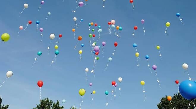 lancio palloncini a Cantù per Natale