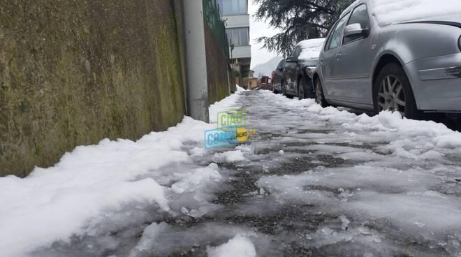 marciapiedi sporchi a como e hinterland per la neve, puliti ad Albese dai volontari civici