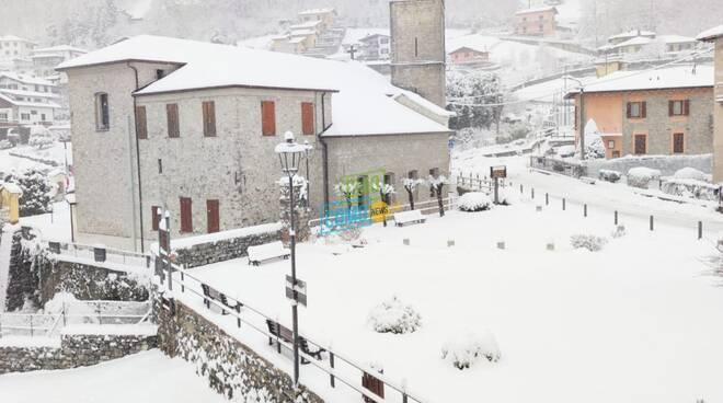 neve in valle d'intelvi, qui piazza cerano con nevicata