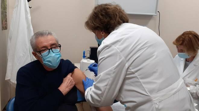 prime vaccinazioni covid como