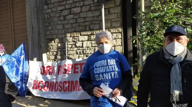 protesta infermieri davanti alla prefettura di comò