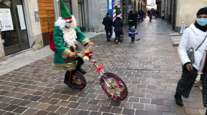 verdenatale di Como folletti e elfi in giro per Como