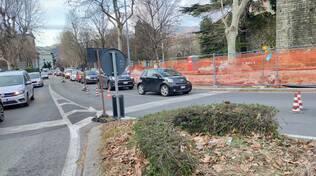 cantiere como viale varese viale battisti operai strada chiusa cartelli lavori