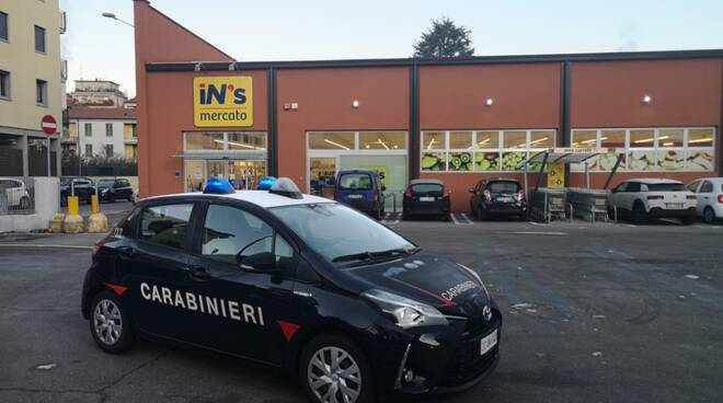 carabinieri como esterno supermercato generico auto