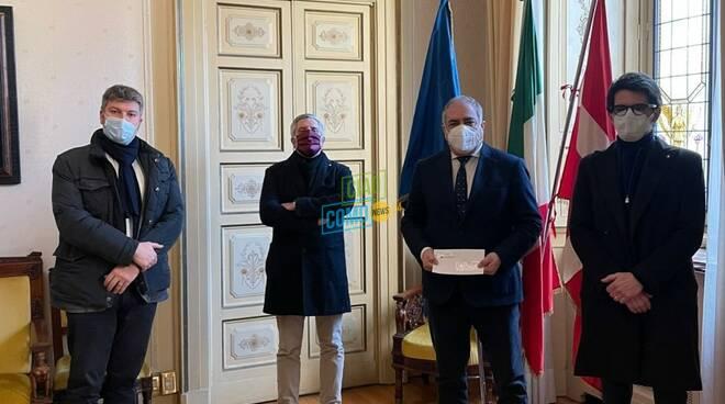 commercianti como consegnano documento sulla crisi al sindaco landriscina