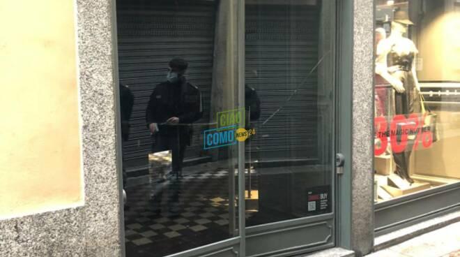 furto in centro como, ladri forzano la porta del negozio sisley