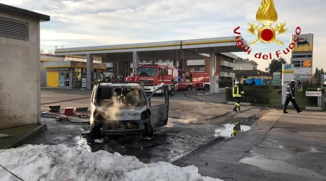 incendio auto mariano comense distrutore intervento pompieri