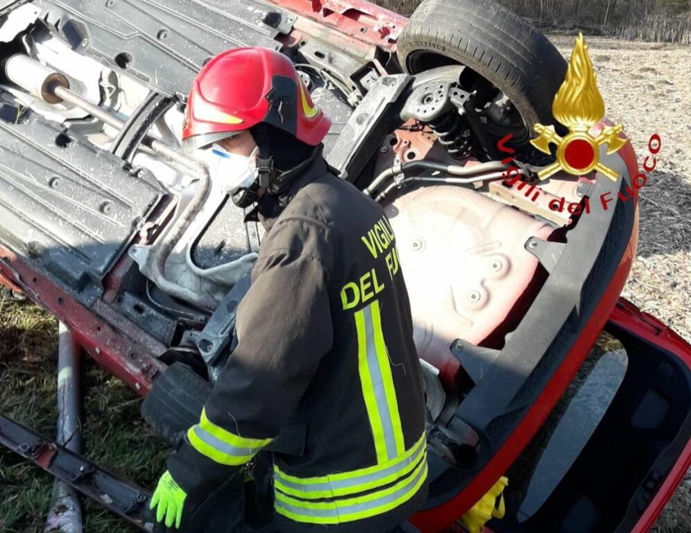 incidente fino auto fuori strada oggi soccorso pompieri