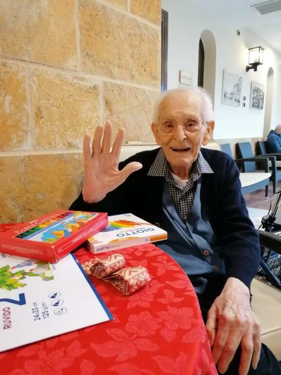 Nipoti babbo natale 2020 anziani ricevono doni