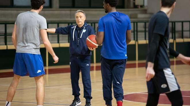 piero bucchi dirige primo allenamento pallacanestro cantù