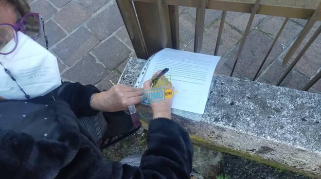 protesta residenti con raccolta firme per ufficio postale tavernola sempre aperto