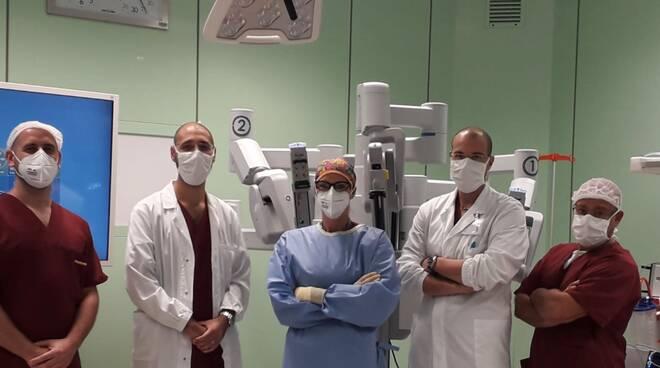 robot da vinci ospedale sant'anna con equipe che lo usa