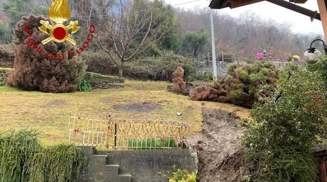 sasso contro casa a san sitro per maltempo immagini giardini e pompieri
