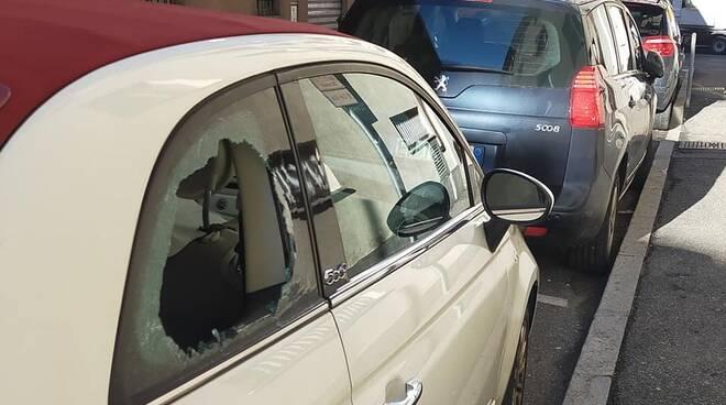 vandalismi como auto con finestrino danneggiato notte via barelli