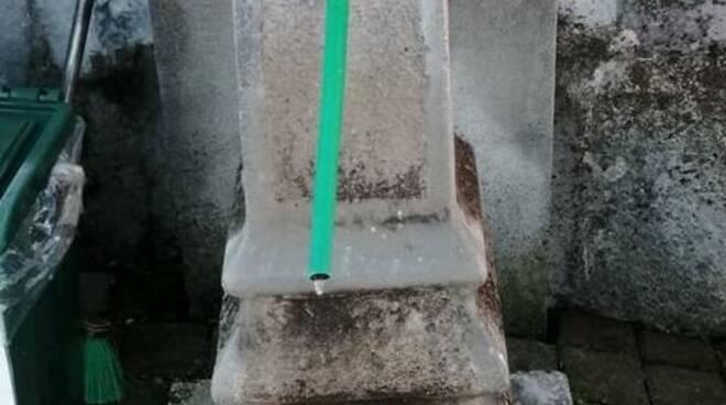 acqua congelata uscita da fontanella cimitero casnate