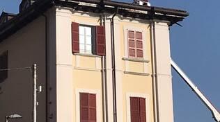 albese recupero pompieri pappagallo sul tetto di una casa mezzi e piazza