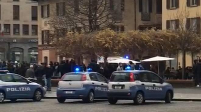 auto polizia centro como piazza volta per rissa scoppiata oggi