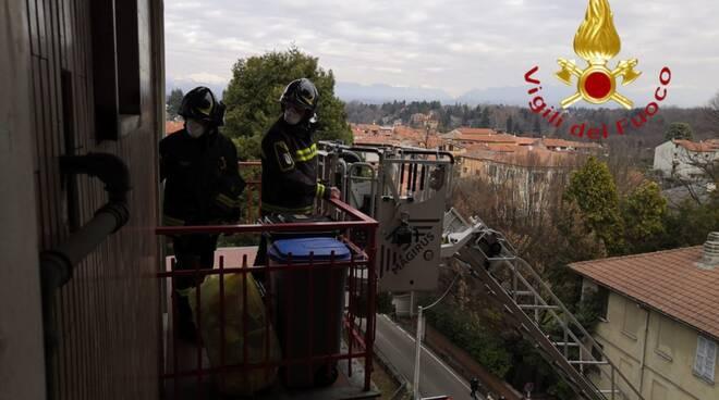 cadorago pompieri soccorrono pensionato al quinto piano di casa con autoscala