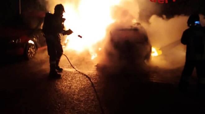 incendio auto monte olimpino vetture distrutte incendio notte