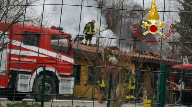 incendio canile olgiate comasco pompieri in azione