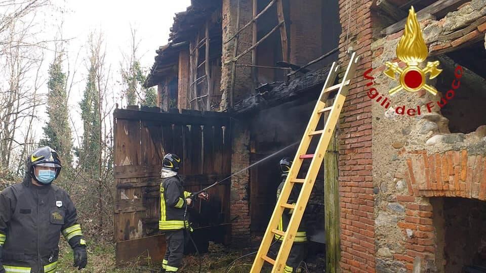 incendio cascinale in disuso a fino mornasco pompieri