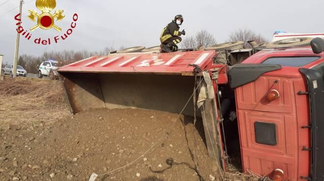incidente autocarro bregnano, camion ribaltato nel campo pompieri soccorso