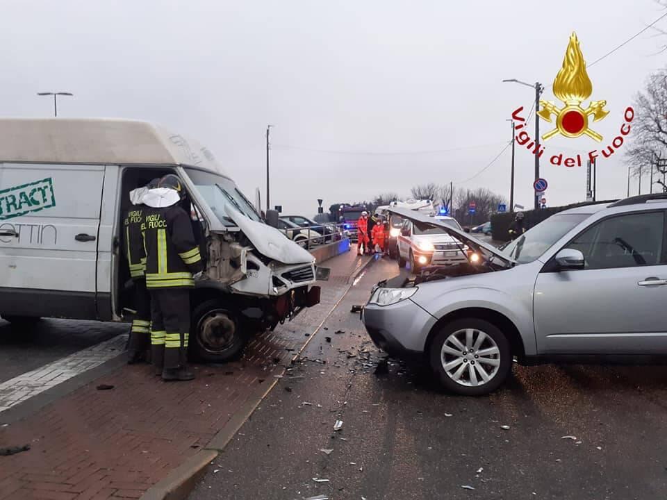 incidente cermanate auto e furgone