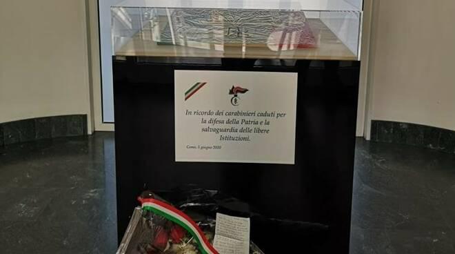 pensionata porta mazzo fiori ai carabinieri per ricordare vittime dell'arma uccise