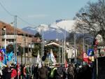 presidio lavoratori henkel esterno fabbrica di Lomazzo con bandiere sindacati