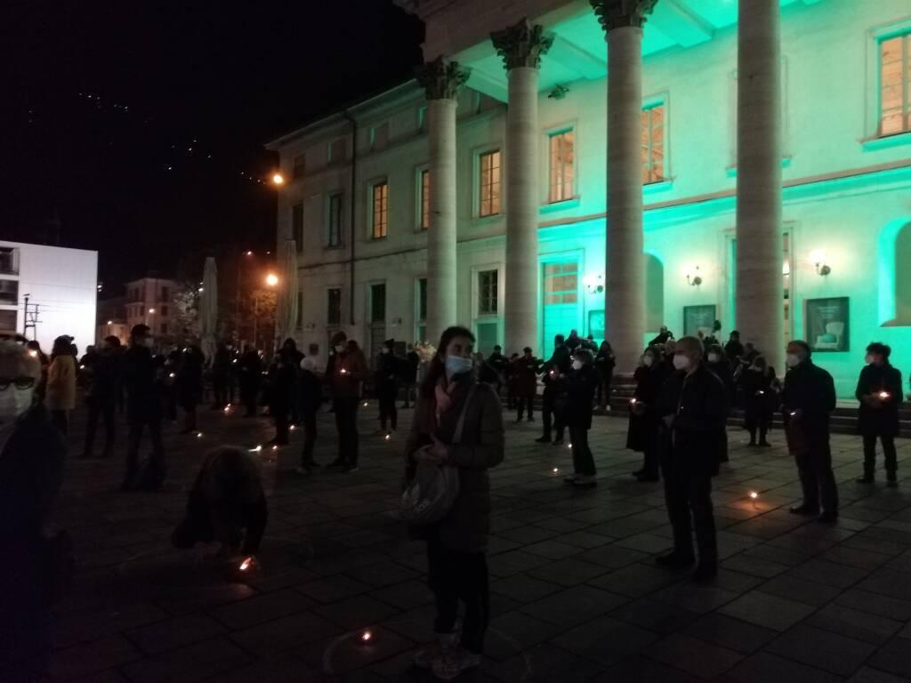 Un anno senza cultura, il flashmob dei lavoratori dello spettacolo davanti al Teatro Sociale piazza Verdi