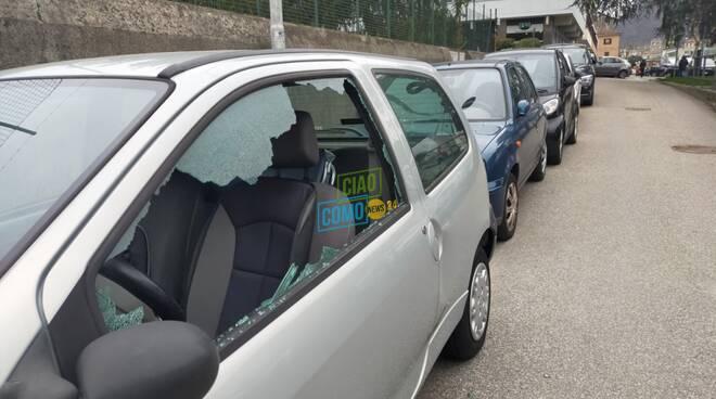 vandali a como, altra auto danneggiata via barelli finestrino rotto