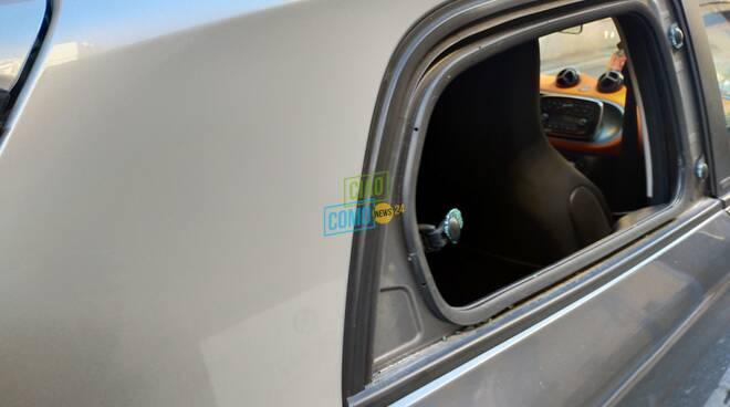 vandalismi auto como via borsieri vetro rotto vetri su marciapiede