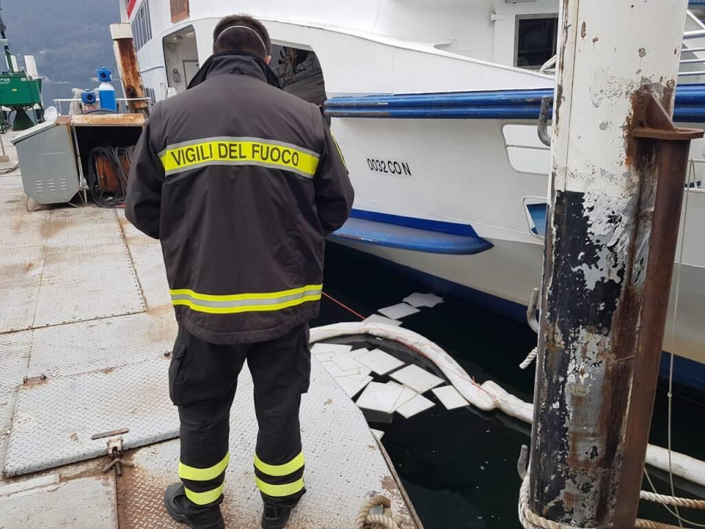 chiazza oleosa nel lago di como intervento dei pompieri con gommone lago primo bacino