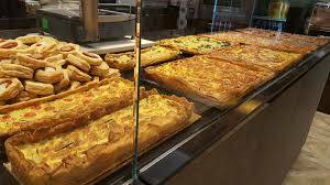 giuseppe beretta fornaio como con suoi prodotti tipici negozio