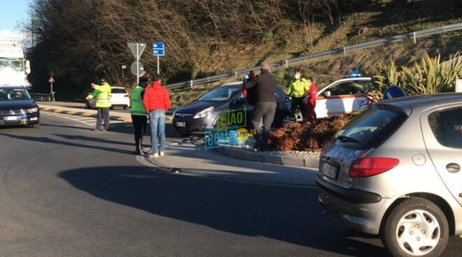 incidente albese ciclista investito alla rotatoria da un'auto