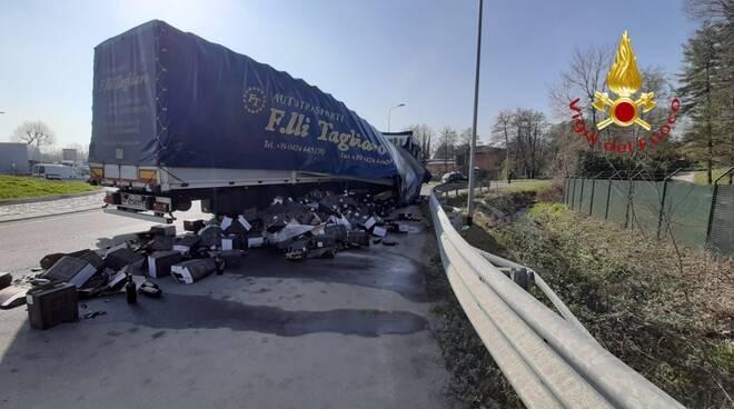 incidente cassina rizzardi autoarticolato esce di strada e perde il carico