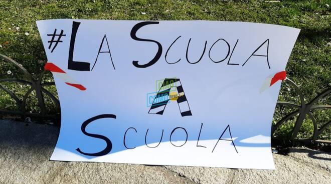 """La protesta dei genitori in piazza Cavour a Como:""""Facciamo tornare in aula i ragazzi"""""""