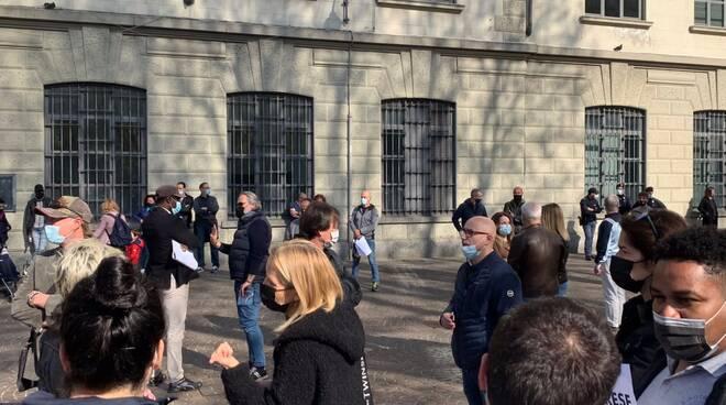 Protesta a Porta Torre di commercianti e ambulanti per riapertura in sicurezza