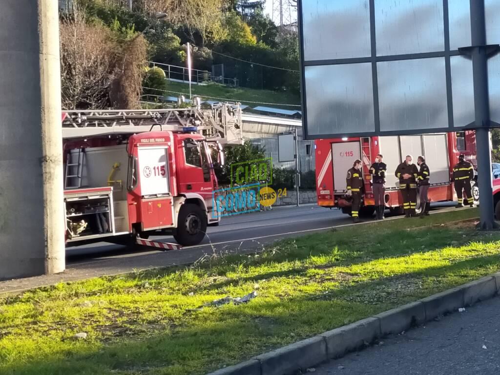 Verifiche dei pompieri a Ponte Chiasso ponte della A9 per distacco calcinacci