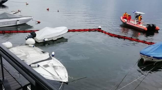 barca affondata lago di como a lenno intervento dei pompieri per recupero