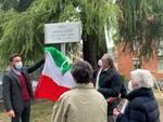 cerimonia intitolazione giardini via anzani a poeta giordano azzi con sindaco e familiari