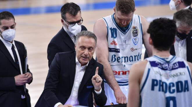 coach bucchi time out pallacanestro cantù con panchina
