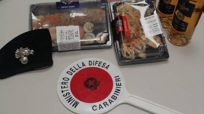 donna ruba generi alimentari supermercato di erba fermata dai carabinieri merce rubata