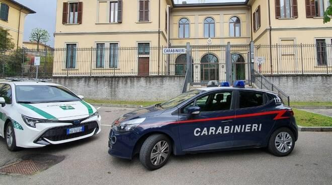 esterno caserma erba carabinieri auto polizia locale e carabinieri