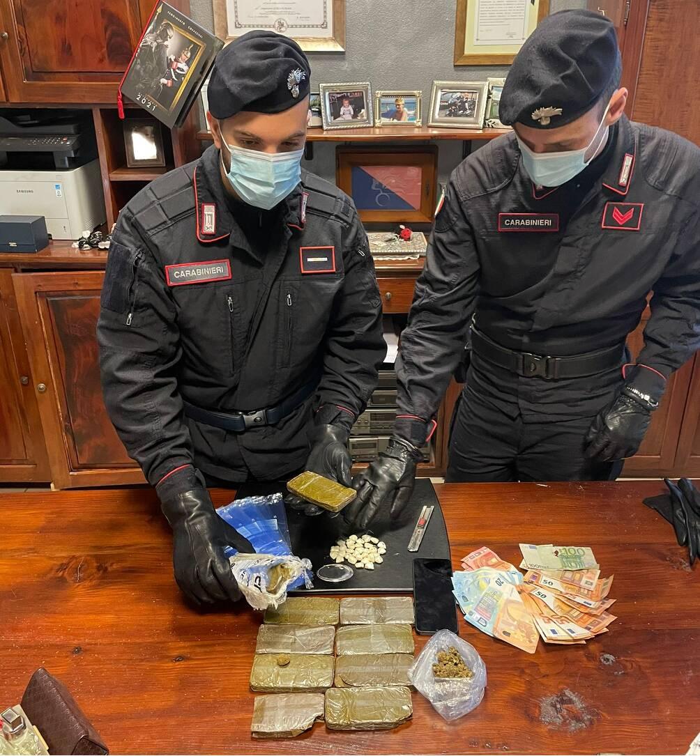 Arresti spaccio Mariano Comense carabinieri