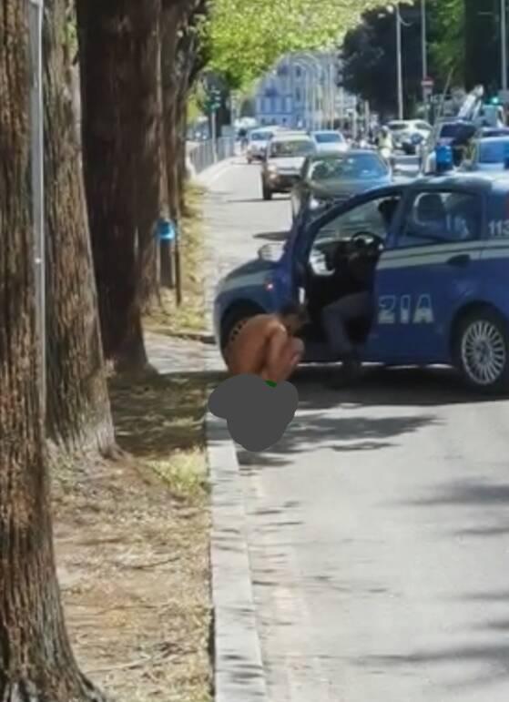 giovane fermato dalla polizia nudo sul lungolago di como